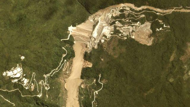 Vista aérea da barragem de Hidroituango em 7 de maio de 2018, quando os túneis de escoamento ficaram bloqueados
