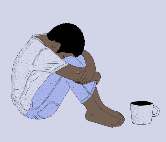 Niño en el centro de rehabilitación con una taza de harmal.