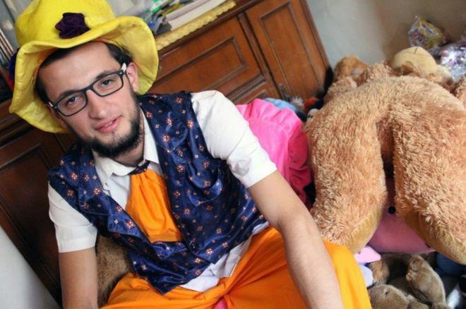 Anas al-Basha fantasiado de palhaço em casa, em Aleppo