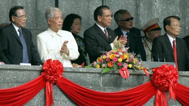 Nguyên TBT Đỗ Mười xem duyệt binh tại Quảng trường Ba Đình ngày 2/9/2005
