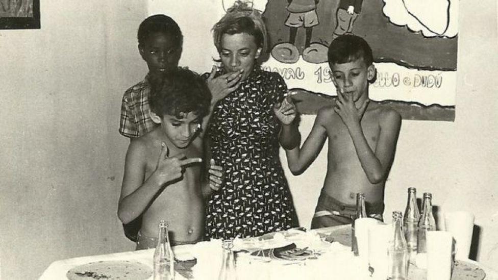 Marília Guimarães com os filhos Eduardo e Marcelo ao seu lado em Cuba