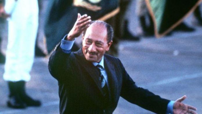 Le président égyptien Anouar El-Sadate, reçoit le prix pour la signature des accords du Camp David, qui rétabliront la paix entre l'Egypte et Israël. Il est récompensé avec son co-signataire israélien, Menahem Begin.
