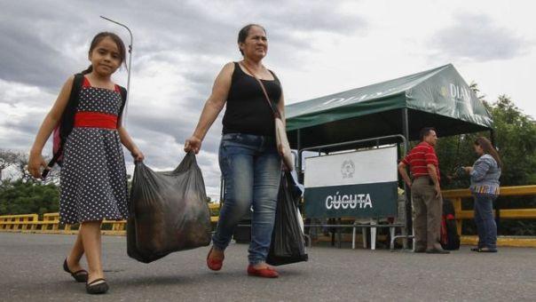 Dos mujeres cruzan la frontera entre Colombia y Venezuela en Cúcuta