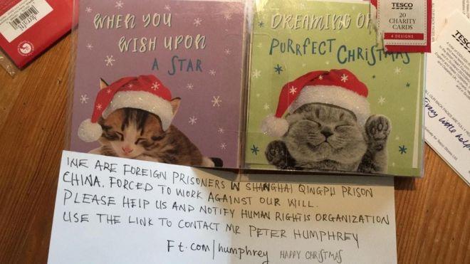 Una tarjeta navideña con un mensaje escrito a mano