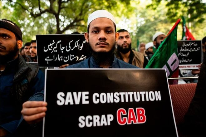 デモ参加者は、2019年12月10日にニューデリーで政府の市民権修正法案(CAB)に抗議するプラカードを表示します