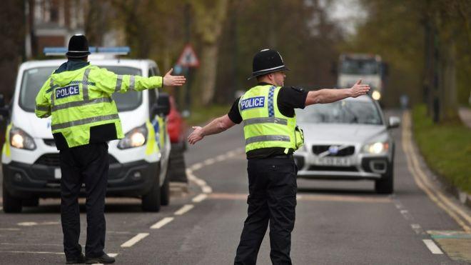 क्वारंटीन उपायों को लागू कराते पुलिस अफ़सर