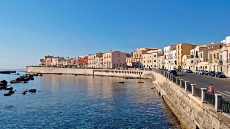 Dün sabaha karşı Sicilya'nın doğusundaki Siracusa açıklarında Türk bandıralı yelkenlide Pakistanlı göçmenler bulundu.