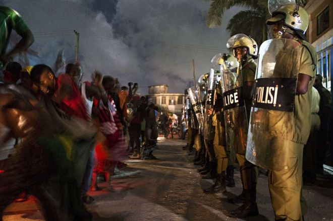 Tanzanian riot police stand guard in Dar es Salaam