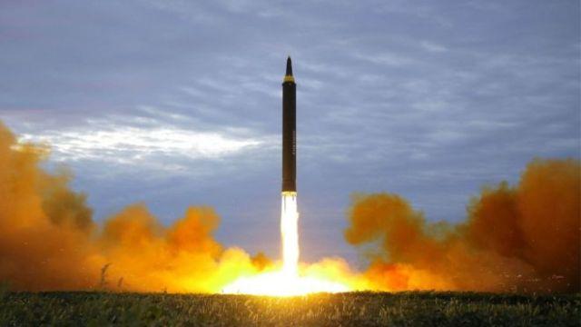 Un misil despegando