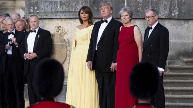 Đệ nhất Phu nhân Melania Trump, Tổng thống Mỹ Donald Trump, Thủ tướng Anh Theresa May và phu quân Philip May xem đội quân nhạc biểu diễn tại Cung điện Blenheim trước tiệc tối với các lãnh đạo doanh nghiệp hôm 12/7. Cung điện Blenheim là nơi sinh của Winston Churchill, vị thủ tướng lỗi lạc của Anh trong thời chiến, người mà Tổng thống Mỹ rất ngưỡng mộ.