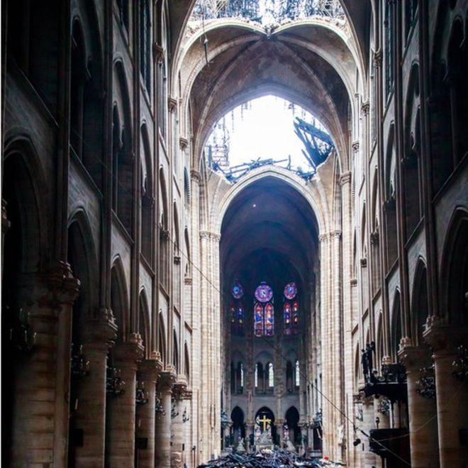 Interior de la catedral de Notre Dame con la cubierta hundida.