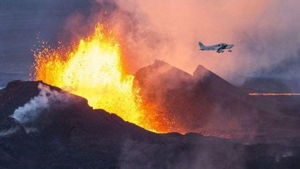 avión pasa al lado de un volcán en erupción en Islandia