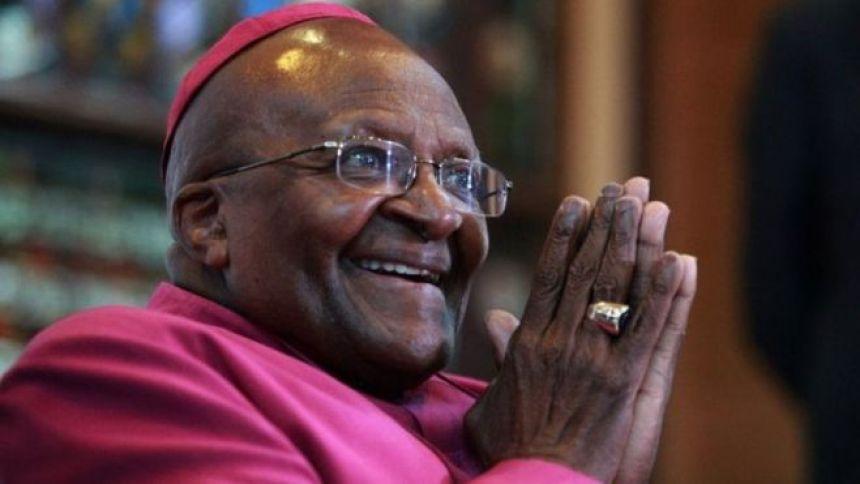 En 1984, Monseigneur Desmond Tutu, l'archevêque sud africain est honoré pour sa prise de position en faveur de la lutte contre l'apartheid.