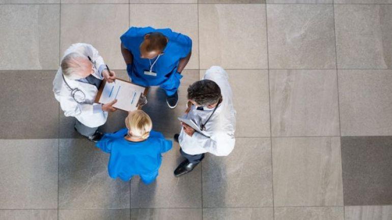 Grupo de doctores reunidos.