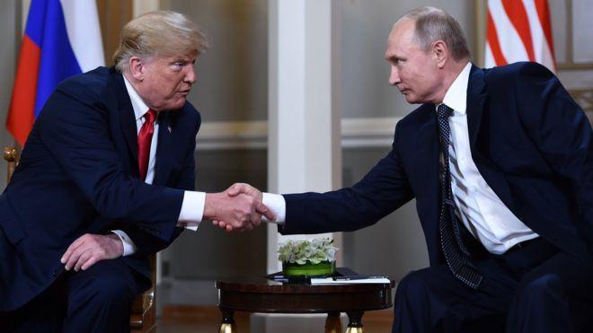 Tổng thống Donald Trump bắt tay Tổng thống Nga Putin trước khi có cuộc họp riêng hôm 16/7
