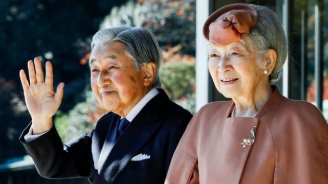 Japan's Emperor Akihito (L) and Empress Michiko wave to Luxembourg's Grand Duke Henri after their meeting and welcoming ceremony for the grand duke at the Imperial Palace in Tokyo on 27 November 2017.