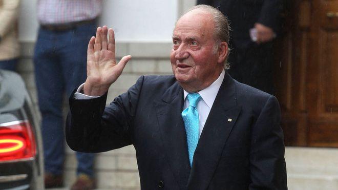 Foto de archivo de Juan Carlos I saludando