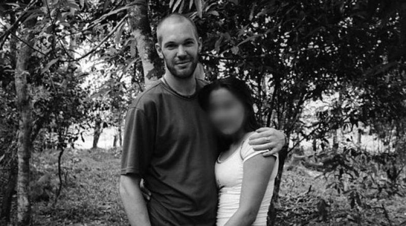 """El fotógrafo británico que viajó a Colombia a cubrir el conflicto armado y se enamoró de una """"asesina"""""""