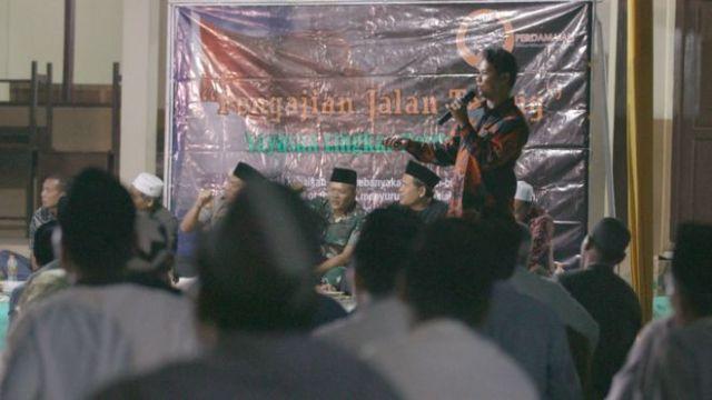 Iwan a victim of a JI bombing addressing the crowd.