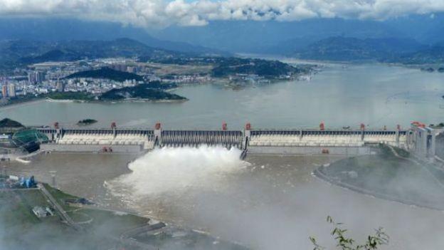 中国南方多地暴雨引发洪涝灾害。中国专家回答公众对三峡大坝质疑。