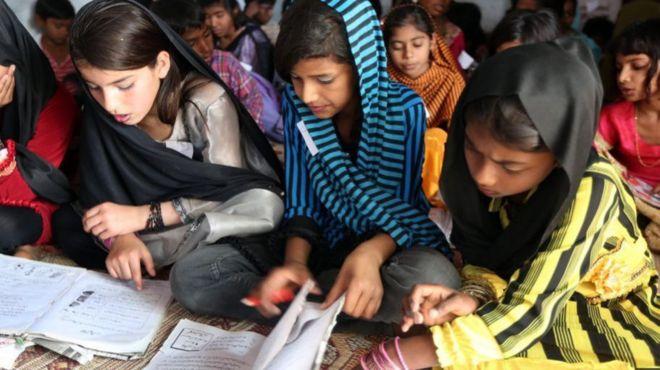 يقول بعض الخبراء إنه يتعين على الحكومة الباكستانية أن تولي اهتمامها لمعالجة المشكلات القائمة في منظومة التعليم، قبل التفكير في التوسع في استخدام التكنولوجيا في هذا القطاع