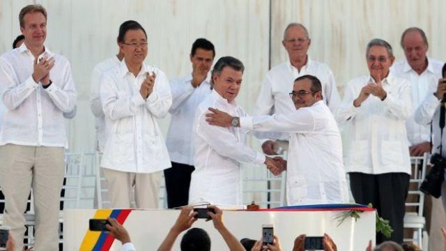 Santos y Timochenko firmaron el acuerdo de paz ante la presencia de decenas de invitados internacionales.