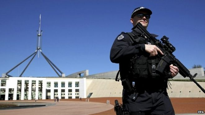 An Australian Federal Police (AFP) officer patrols in front of Parliament House in Canberra (23 September 2014)
