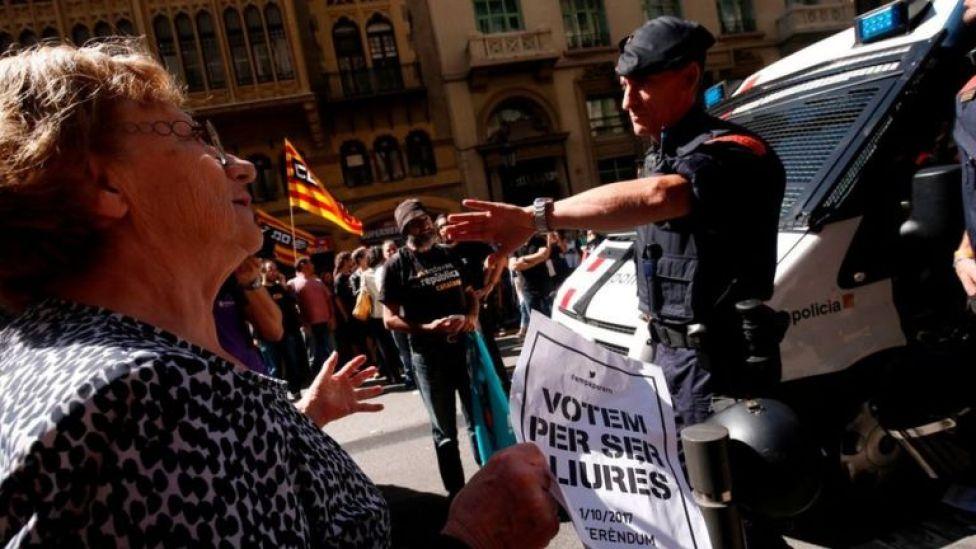 Mossos con manifestantes