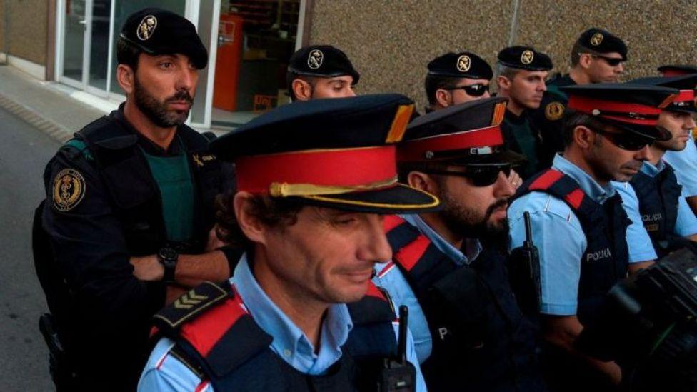 Guardias civiles y mossos