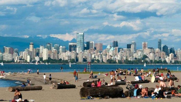 Gente que se relaja en una playa de Vancouver