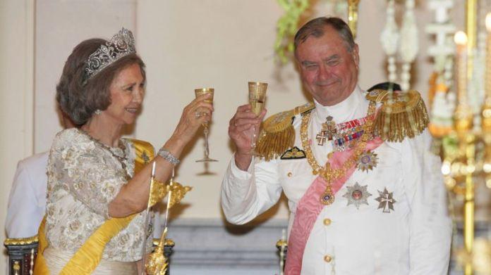 La reina Sofía de España y el príncipe Henrik de Dinamarca brindan en un banquete ofrecido por el rey Bhumibol Adulyadej de Tailandia en junio de 2006