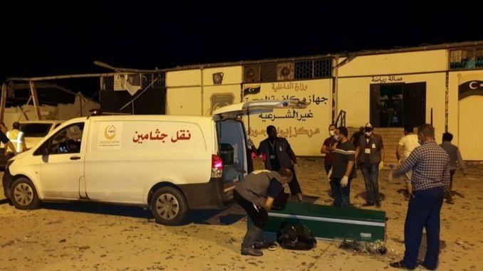 Des services de secours arrivent sur les lieux où une frappe aérienne a fait plus de 40 morts au centre de détention de Tajoura, à l'Est de Tripoli.