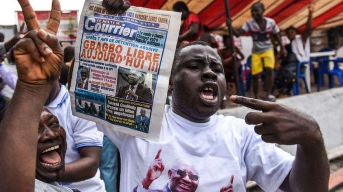 Les gens célèbrent le 15 janvier 2019 à Abidjan après la nouvelle que la Cour pénale internationale a acquitté l'ancien président de la Côte d'Ivoire Laurent Gbagbo suite à une vague de violence post-électorale