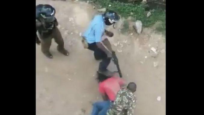 La police frappe un étudiant