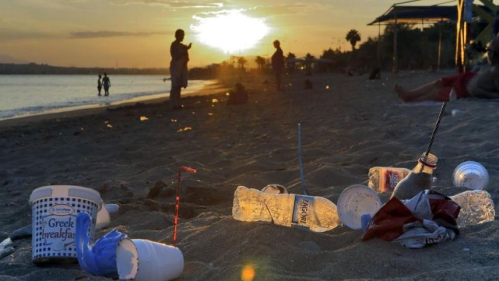 Playa con plástico.