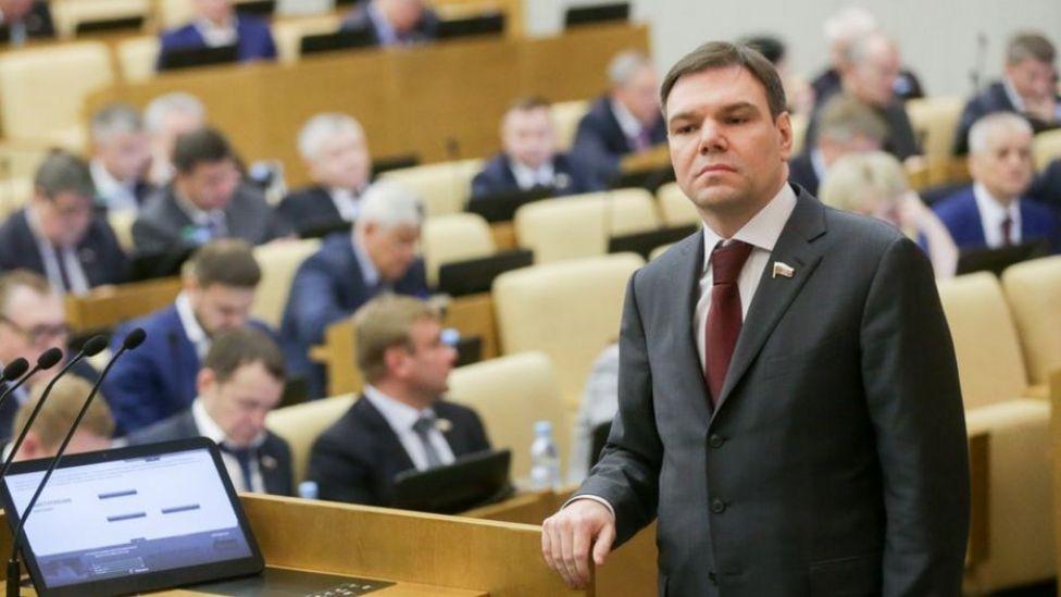 Поправки к законопроектам о фейковых новостях и неуважении к власти внес депутат Госдумы Леонид Левин
