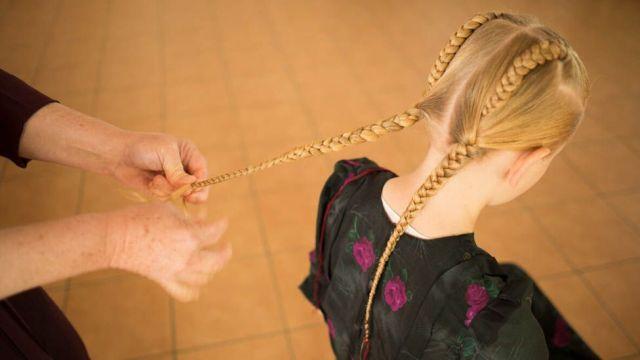 Menina menonita tendo o cabelo trançadona Bolívia