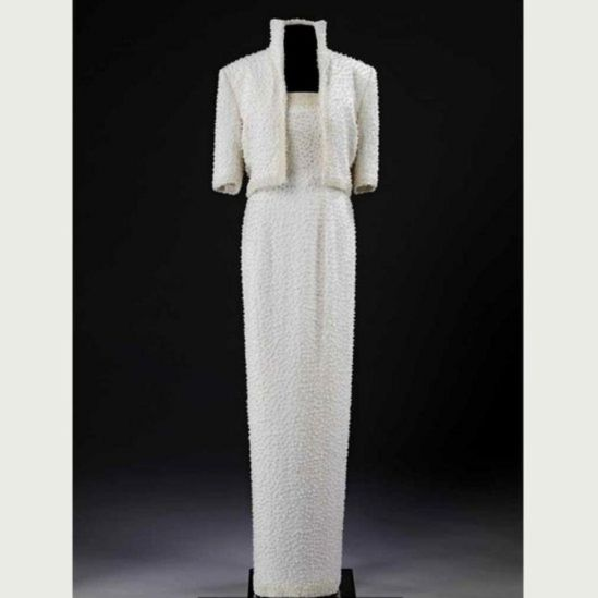По шику это платье напоминало костюмы короля рок-н-ролла Элвиса Пресли