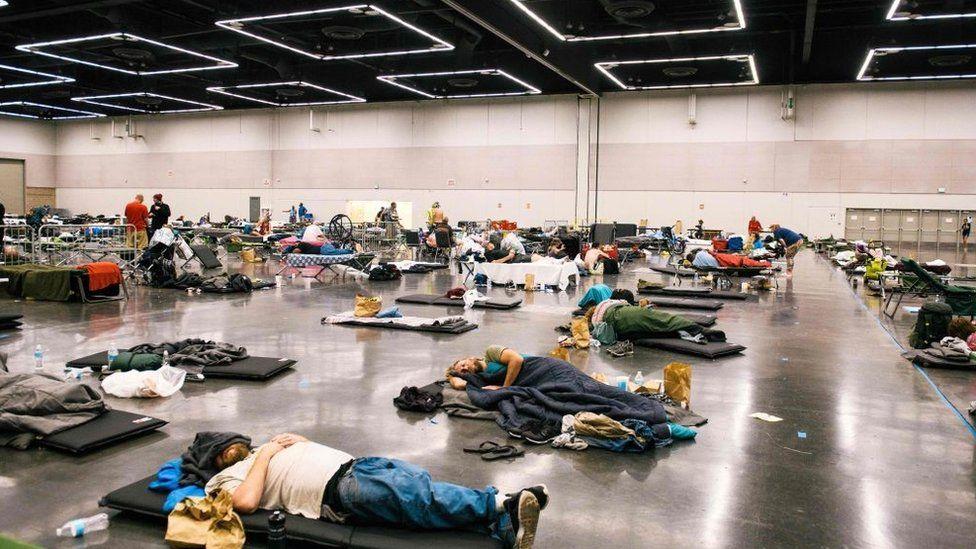 Pessoas descansam na estação de resfriamento do Oregon Convention Center em Oregon, Portland