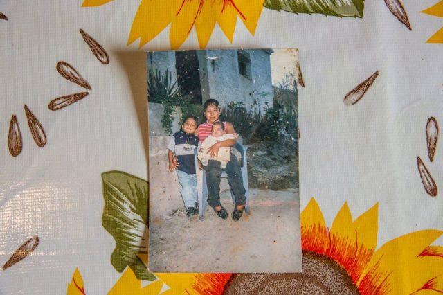 Foto de Ricardo Flores de bebé con su madre y su hermano