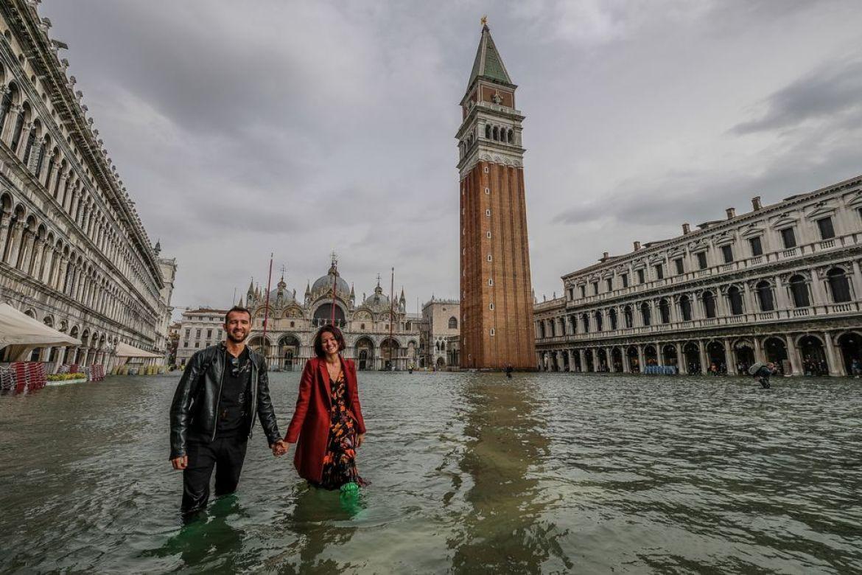 Personas en la Plaza de San Marcos inundada.