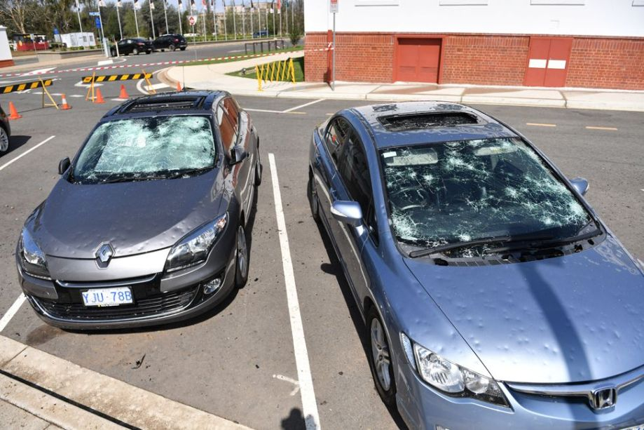 キャンベラを襲ったhの嵐の後、破損した車が旧国会議事堂の外に駐車されているのが見られる