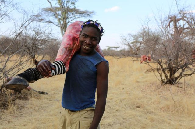 Hadza cargando la pata de una zebra