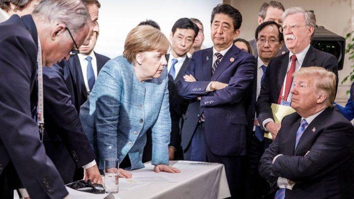 Në këtë fotografi të siguruar nga Zyra e Shtypit e Qeverisë Gjermane (BPA), Kancelarja gjermane Angela Merkel diskuton me presidentin amerikan Donald Trump në margjinat e axhendës zyrtare në ditën e dytë të samitit të G7 më 9 qershor 2018 në Charlevoix, Kanada. nga udhëheqësit e tjerë.