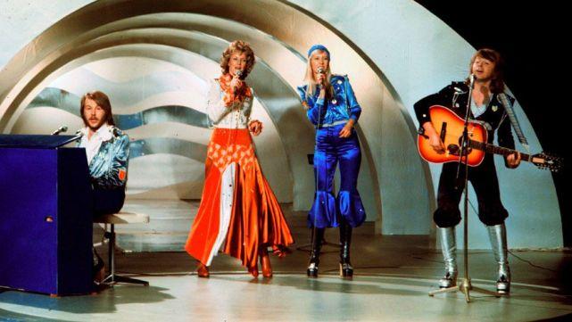 1974'te Waterloo şarkısıyla yarışmayı kazanan İsveç'li dörtlü Abba'nın tercihi kovboy tunikleri ve parlak uzay botlarıydı.