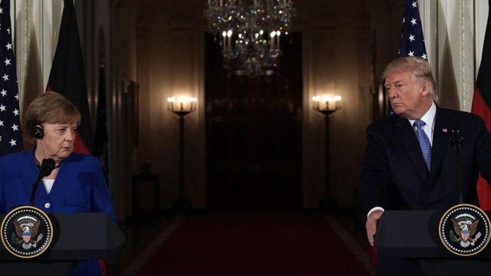 Presidenti amerikan Donald Trump (R) dhe kancelarja gjermane Angela Merkel (L) marrin pjesë në një konferencë shtypi të përbashkët në Dhomën Lindore të Shtëpisë së Bardhë