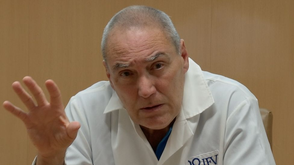 Vicente Vérez Bencomo speaks at a news conference