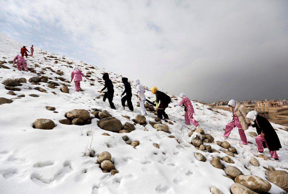 Las estudiantes tienen que subir las montañas para poder practicar sin ser molestadas.