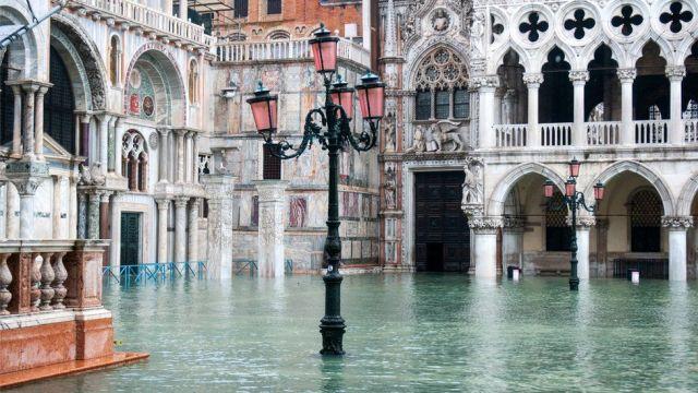 Plac Świętego Marka w Wenecji, Włochy, jest zalany wodą podczas wyjątkowego przypływu, 13 listopada 2019 r