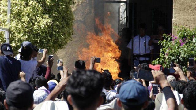 Una muchedumbre levanta sus teléfonos para grabar el linchamiento
